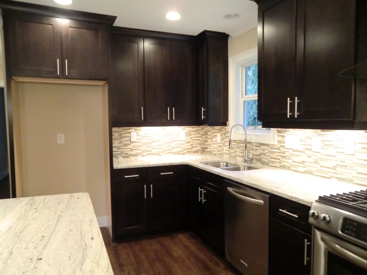 Cabinets to the ceiling and undercabinet lighting ...