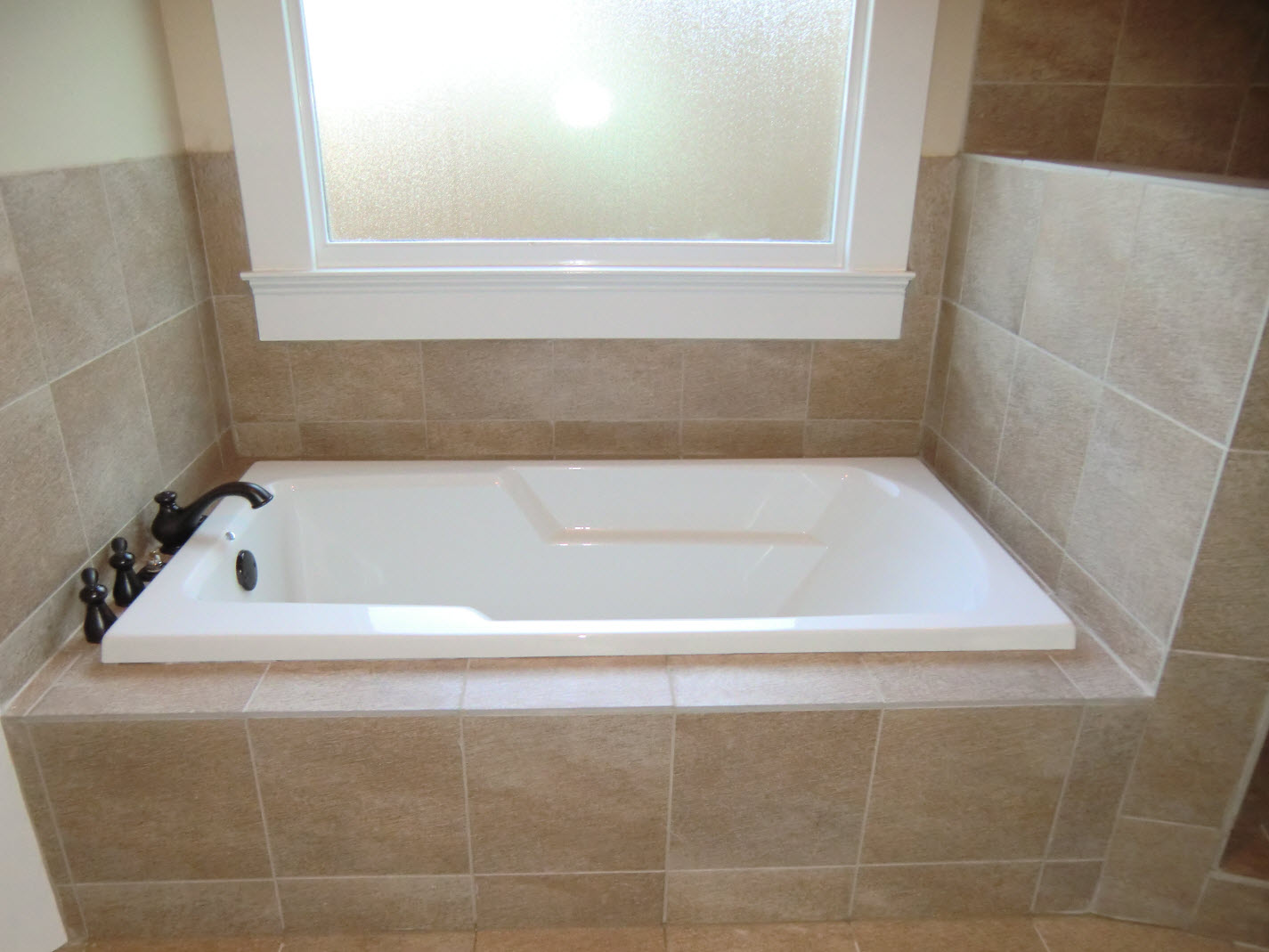 Close up of the garden tub. - Vision Pointe Homes